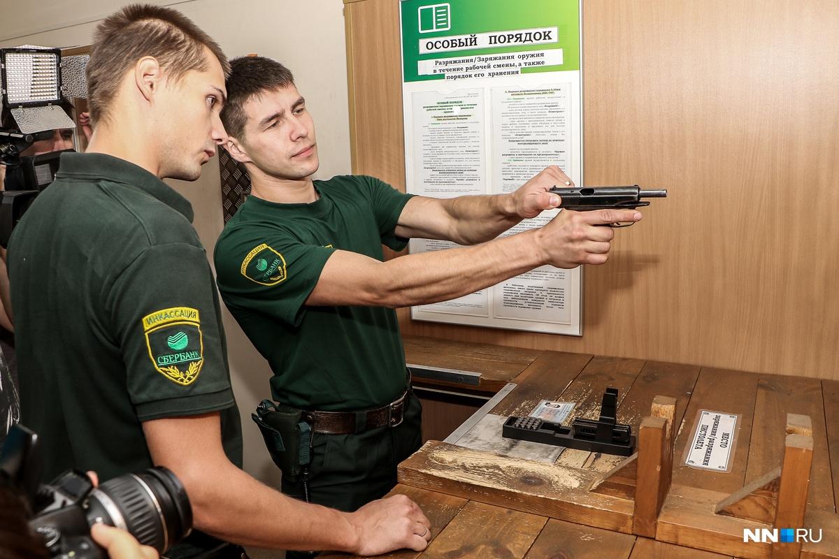 При работе с оружием всегда стоит второй человек — на контроле
