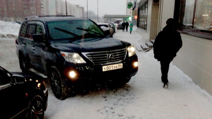 «Я паркуюсь как чудак»: Lexus 001 и Land Cruiser 001 — настоящие хозяева в городе