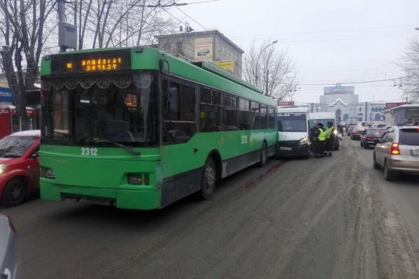 Авария произошла в половине четвёртого недалеко от площади Маркса
