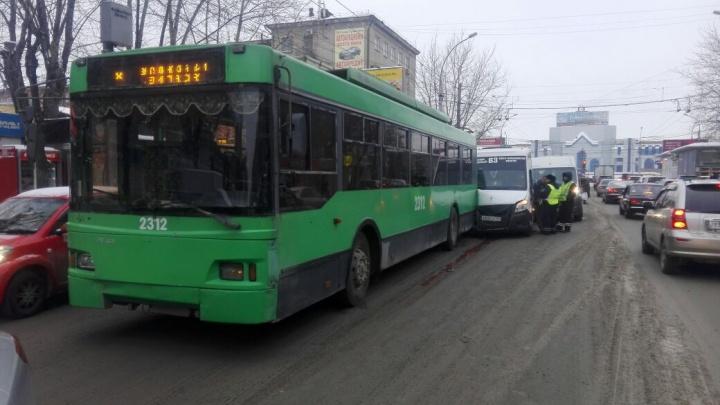 Четырёхпассажиров «Газели» увезли на скорой после аварии около площади Маркса