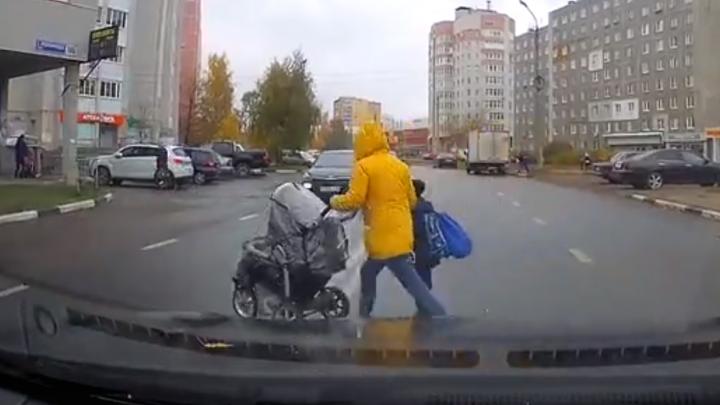 В Ярославле молодая мама с коляской и с ребёнком бросилась под колёса: видео