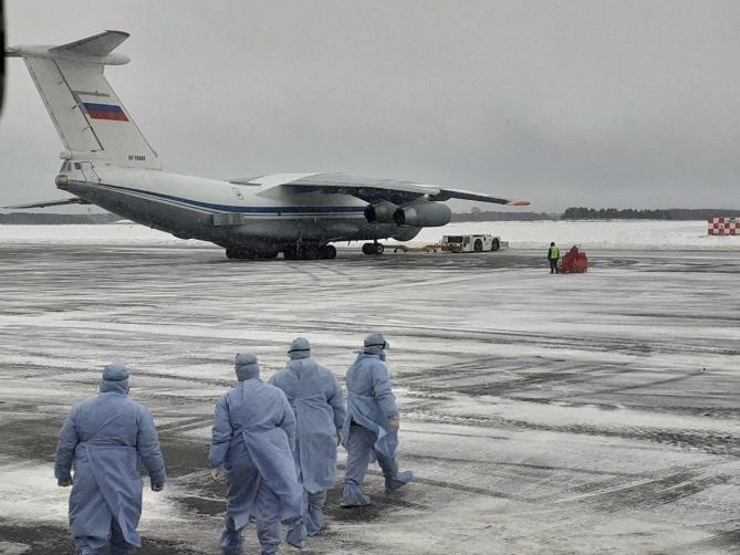 К самолету выдвинулись работники в спецодежде