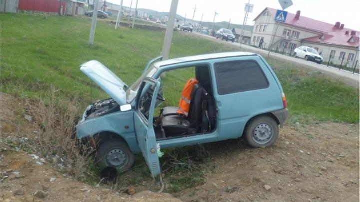 В Башкирии «Ока» улетела в кювет, пострадал водитель