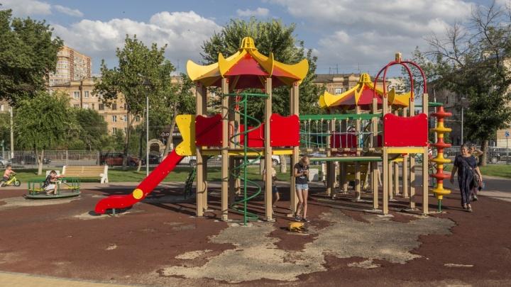 «Чтобы дети не разбивали коленки»: в дырявой волгоградской «Сказке» оголили детскую площадку