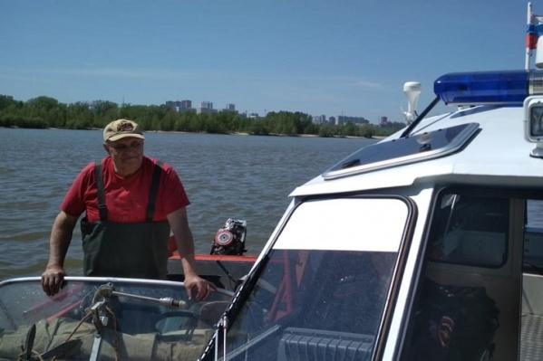 Рыбак рассказал, что налетел на мель и повредил лодку. Из-за этого его и отнесло в опасное место