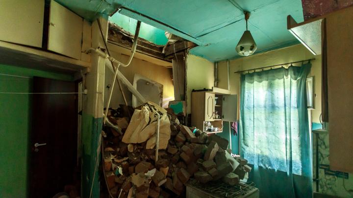 «Появились сантиметровые щели»: в Волгограде три дня разбирают завалы в доме с рухнувшими потолками