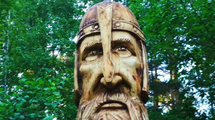 В ботаническом саду поставили огромную статую очень грустного богатыря