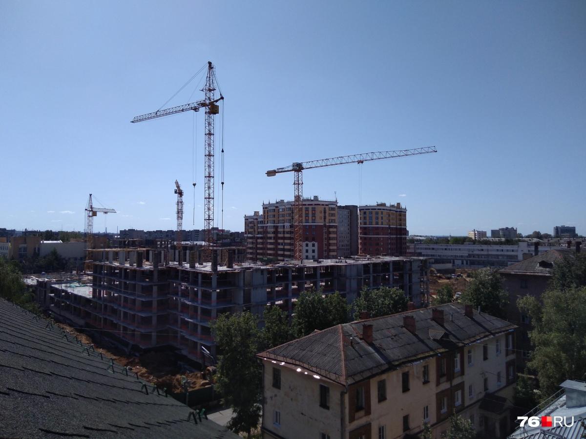 Дома в элитном жилом комплексе строят круглосуточно— работают в три смены