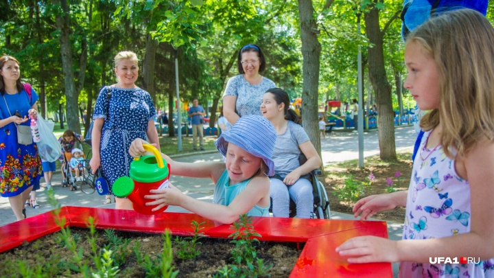 Потрогать руками и походить босиком: в Уфе открылся тактильный парк для детей и взрослых