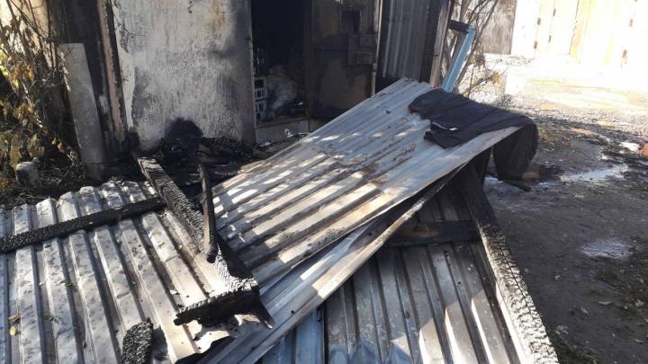 Горящая дверь заблокировала трех мужчин в гараже: их спасли росгвардейцы