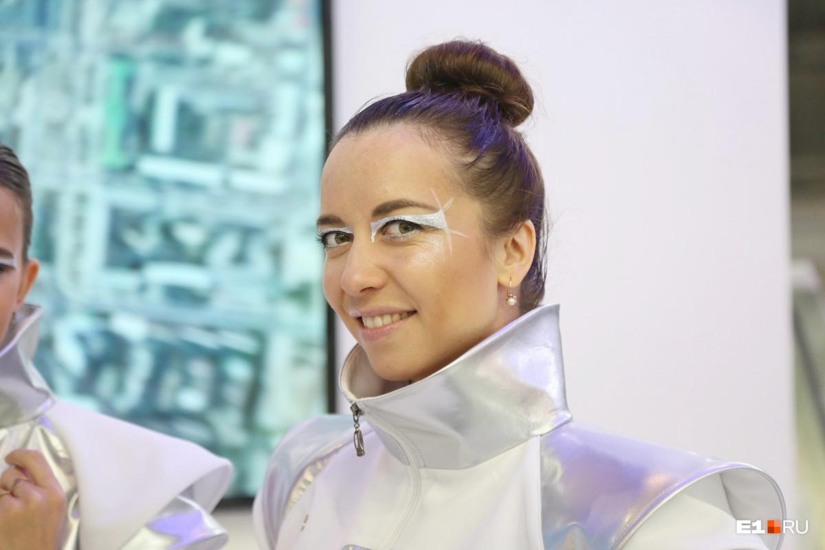 НПО автоматики тоже традиционно отправляет на выставку своих сотрудниц. В этом году они одеты в космическом стиле