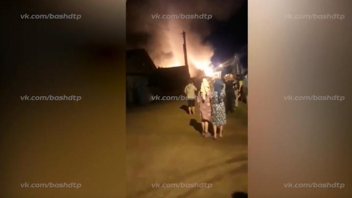 Крупный пожар в Уфе: в Тимашево сгорели два дома, баня и гараж