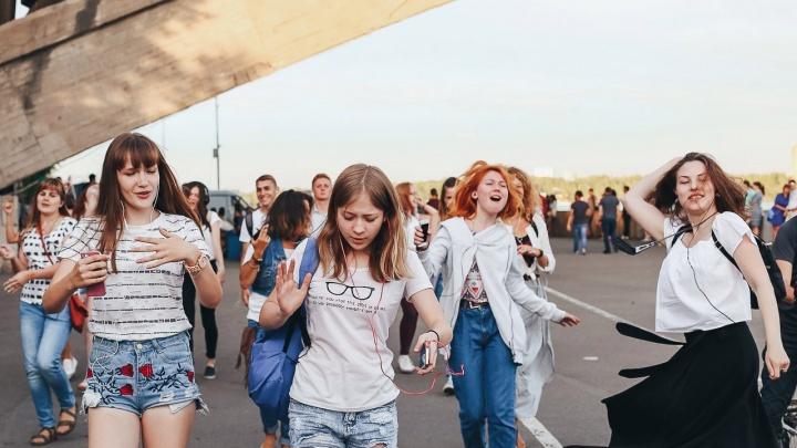 Красноярцы дружно станцевали на улице каждый под свою музыку