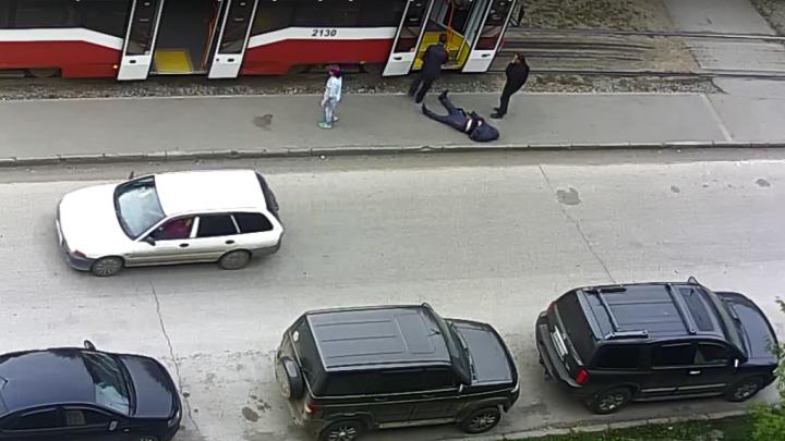 В Кировском районе мужчину вынесли из трамвая, положили на асфальт и уехали