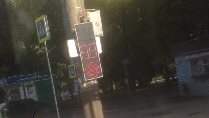 «Висит на честном слове»: на пересечении Победы и Калинина перевернулся светофор