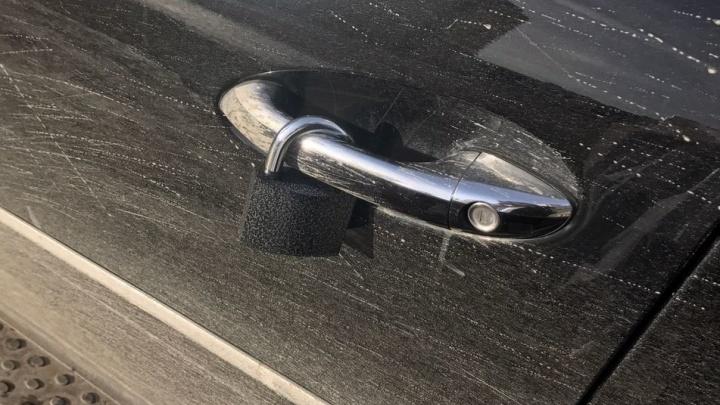 В Екатеринбурге вежливый мошенник повесил замок на дверь авто, чтобы развести владельца на деньги
