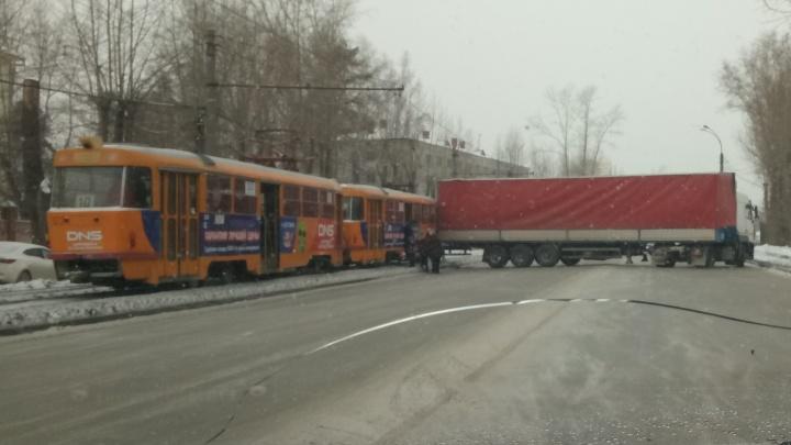 На Сортировке из-за ДТП с фурой встали трамваи