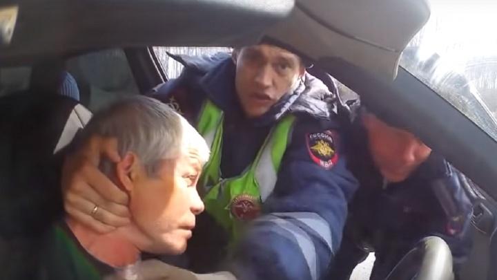 В соцсетях появилось видео, где два полицейских выталкивают пенсионера из машины