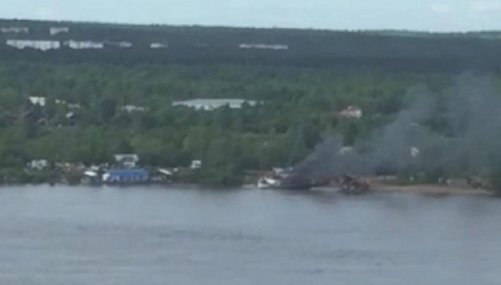 В Перми возле Коммунального моста загорелся теплоход. Видео