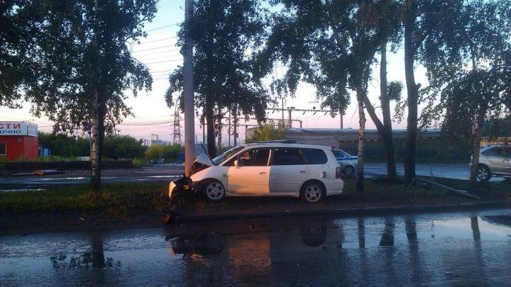 Honda Odyssey наткнулся на столб: 5 человек попали в больницу