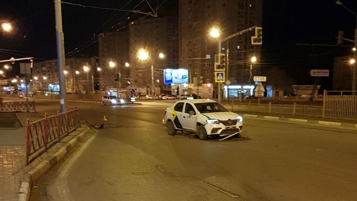 В Ярославле водитель популярного такси снёс столб