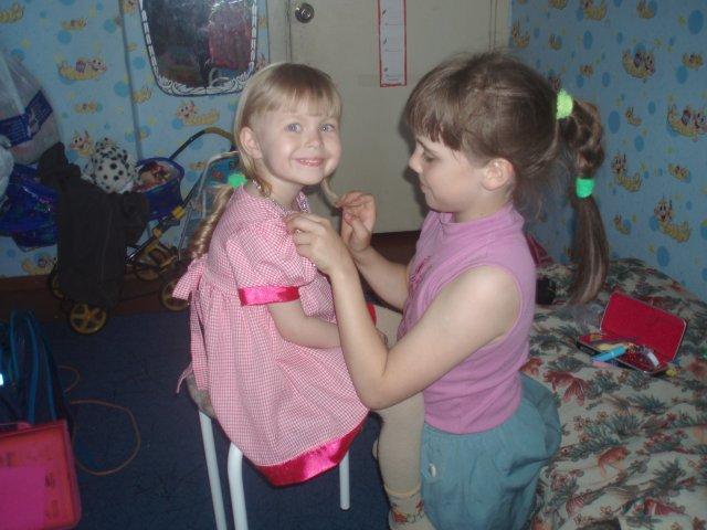 Настя, дочка Елены и Александра, никогда не ревновала остальных детей к родителям. На фото она с Олей, когда та еще только-только попала в семью