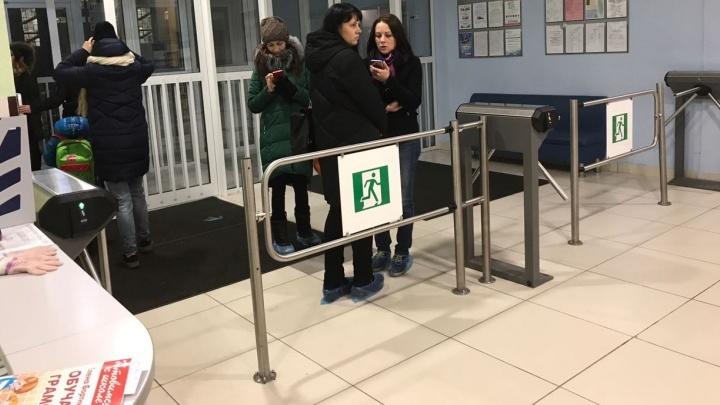 Из школы в Академическом эвакуировали детей и родителей