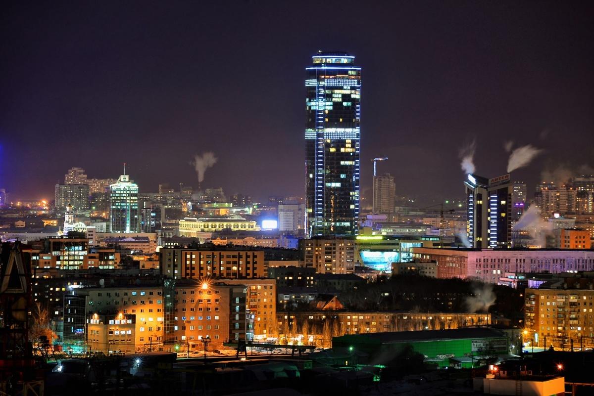 По данным аналитиков N1.RU, средняя цена однокомнатных квартир в Екатеринбурге в апреле составила 2,58 млн руб., двухкомнатных – 3,5 млн руб., трёхкомнатных – 5,28 млн руб., а четырехкомнатных – 7,49 млн руб.