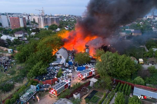 Огонь полыхал около четырёх часов