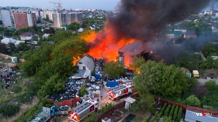 В Волгограде ликвидирован открытый огонь на пожаре у Мамаева кургана