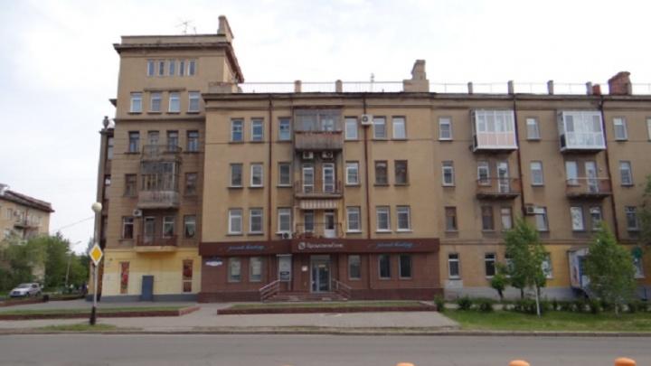 В центре Омска с шести утра кипятком заливает дом 1938 года