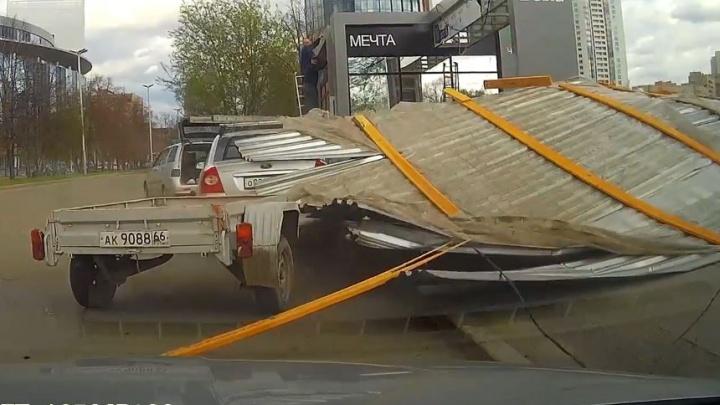 Бушевавший в Екатеринбурге ветер стал причиной пожара, сломанных деревьев и повреждённых автомобилей