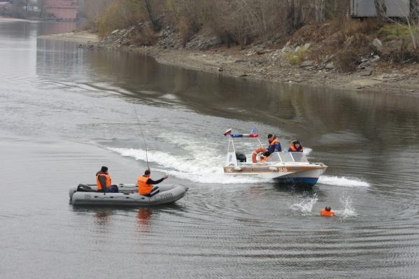 Спасатели МЧС прибыли за двумя новосибирцами, застрявшими на острове
