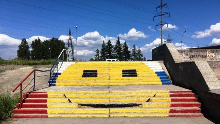 На ступенях возле Новосибирской ГЭС появился патриотичный смайлик