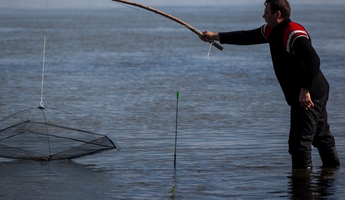 Неудачная рыбалка: мужчина загнал крючок в затылок и пошел к спасателям