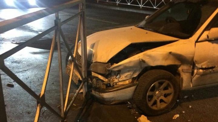 «Тойота» влетела в забор после удара о «Мазду» на перекрёстке