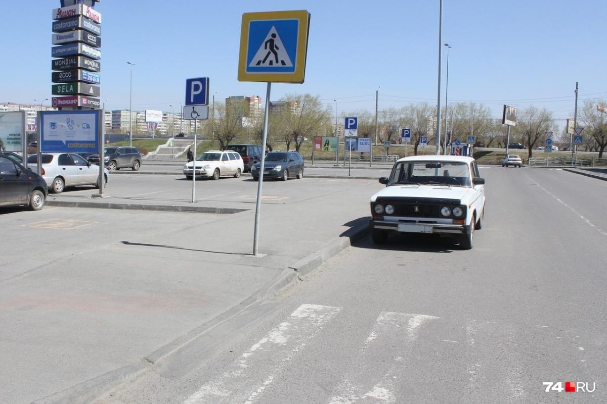 До перехода нужно оставлять место для парковки ещё одной воображаемой машины, то есть не менее 5 метров. В данном случае нарушение есть