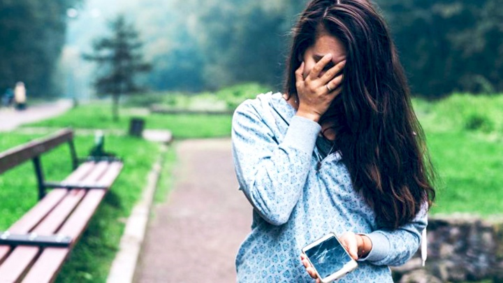 Промок телефон: специалисты рассказали пять секретов, как спасти технику при попадании влаги