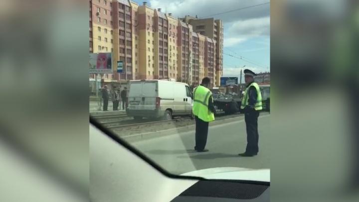 На северо-западе Челябинска из-за вылетевшего на рельсы фургона встали трамваи