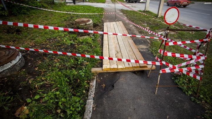 Областные чиновники попросили мэра Локтя разобраться с падением ребёнка в яму с кипятком
