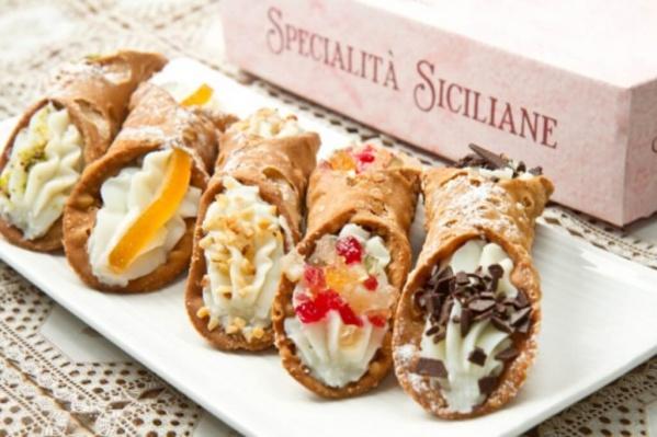 Самые популярные сицилийские угощения: канноло — хрустящие трубочки из теста с овечьей рикоттой, рисовые апельсины, сицилийское песто и запеканка из баклажанов