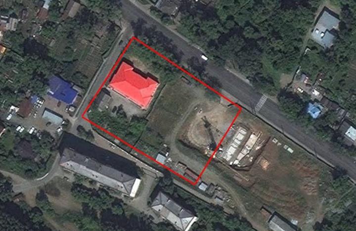Так участок выглядел сверху до того, как началось строительство. С красной крышей — памятник архитектуры «Школа земская»