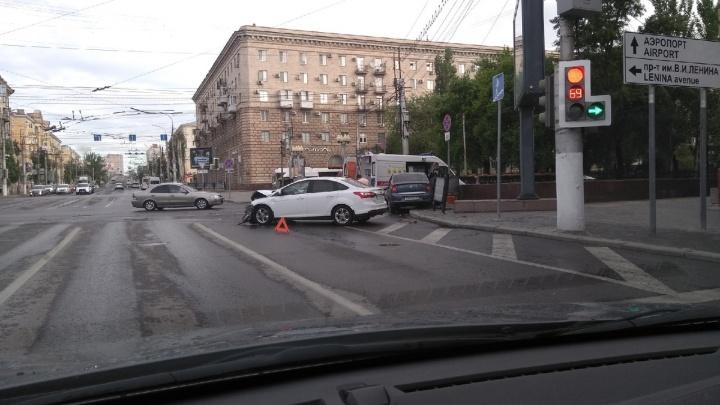 «На второй светофор уже никто не смотрит»: классическую аварию в центре Волгограда сняли на видео