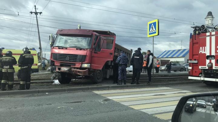 «Женщину доставали из-под машины»: в Челябинске грузовик снёс остановку с людьми