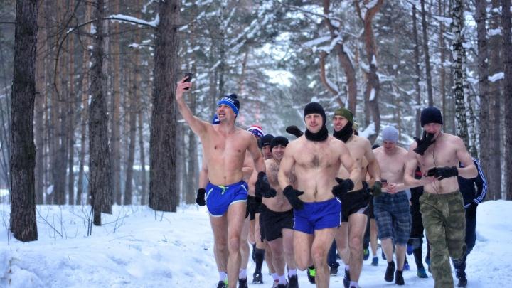«Сначала холод, потом жжение»:полсотни раздетых мужчин пробежались по Заельцовскому парку