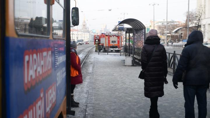 «Толпа идет по проезжей части»: в центре Екатеринбурга встали трамваи