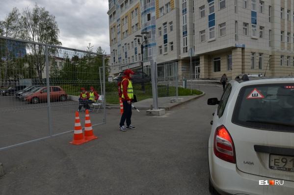 Волонтеры объясняют автомобилистам, что парковаться здесь нельзя