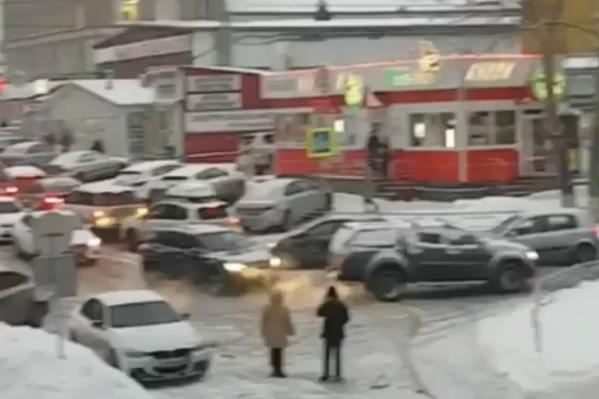 Бульвар Хадии Давлетшиной стоит из-за аварии