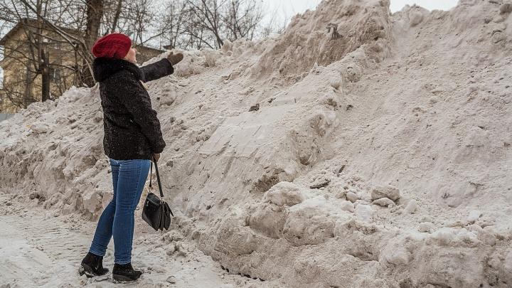 «Этот снег становится золотым»: как чиновники 14 лет подряд объясняют, почему город завален снегом