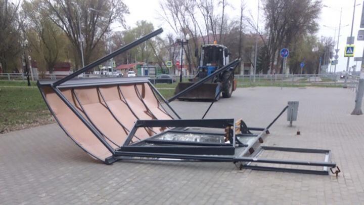 Стихия разгулялась: сильный ветер снес остановку на Мехзаводе